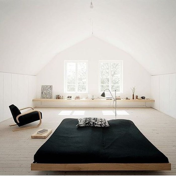 Điểm đặc biệt của căn phòng ngủ này là chiếc giường thấp kiểu Nhật, một chiếc ghế hiện đại và độc đáo cùng màu đen bắt mắt