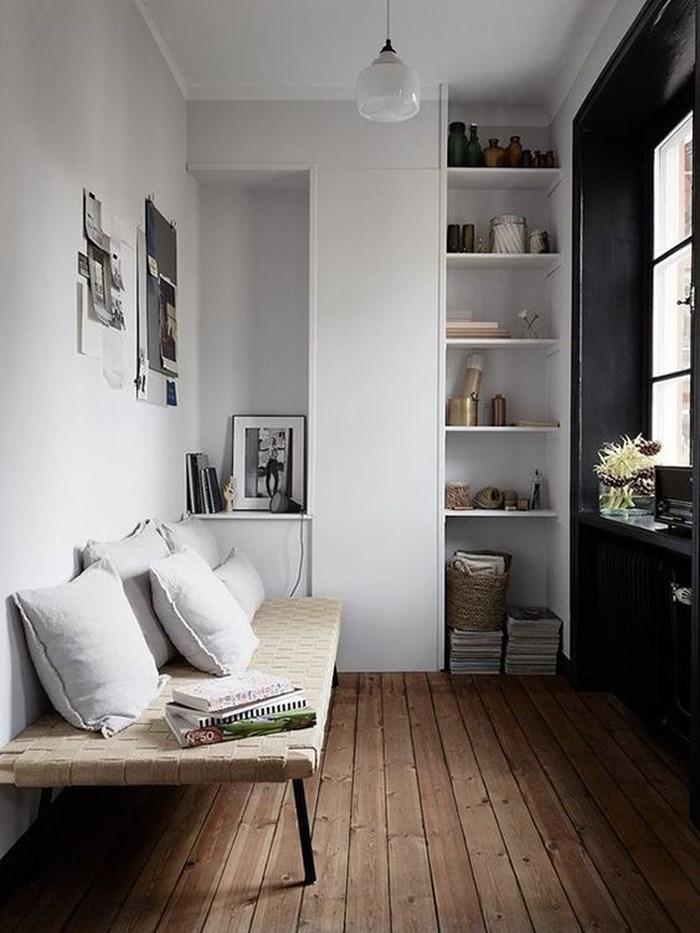 Vẻ đẹp đến từ kệ trắng và chiếc ghế đan