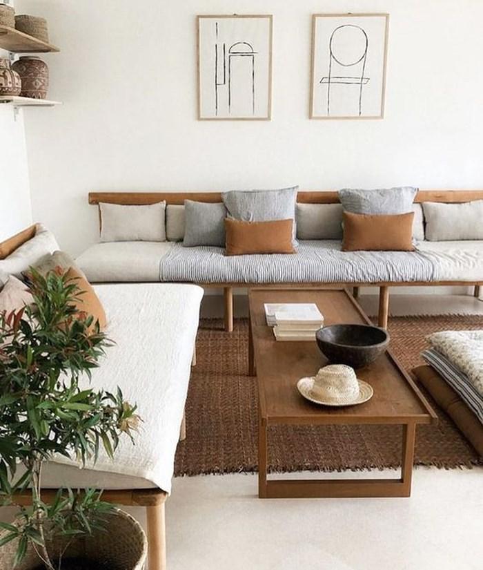 Một phòng khách ấm cúng với tường trắng và đồ nội thất bằng gỗ nhiều sắc độ