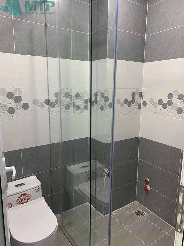 Phòng tắm kết hợp toilet có kính ngăn tiện lợi