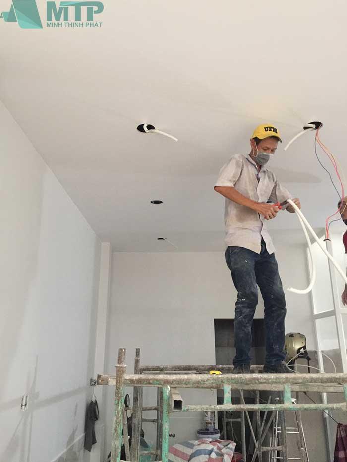 Thi công dây điện trên trần thạch cao